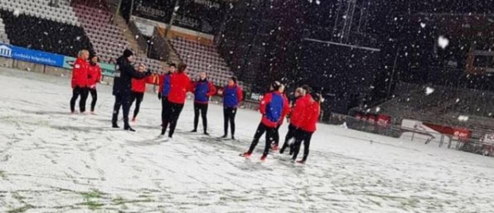 Kif Örebro under en snöig träning på Behrn arena.