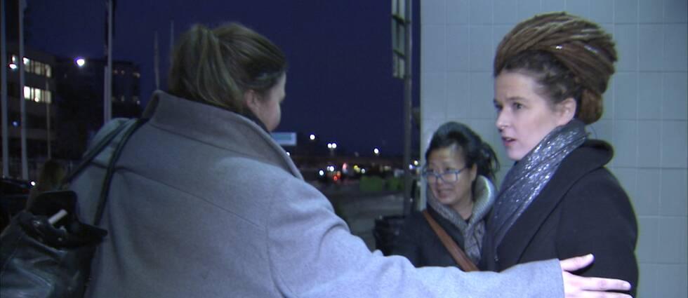 Amanda Lind (MP) nekar till en SVT-intervju när hon kommer ut från TV4.