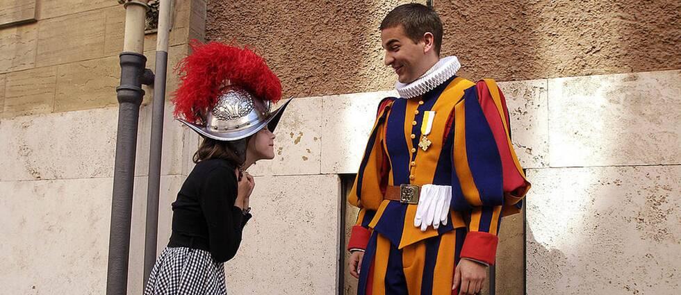 Det traditionstyngda Schweizergardet i Vatikanen ska nu få slippa sina plåthjälmar.