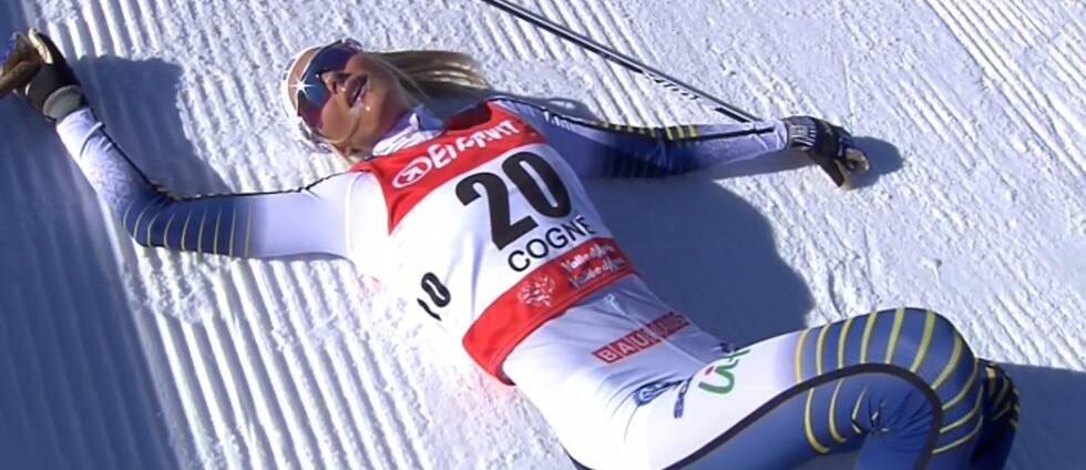Frida Karlsson tog slut i världscupdebuten och låg utpumpad i snön efter målgången i Cogne.