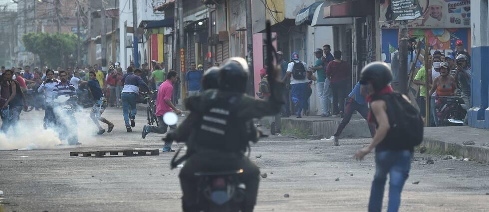 Soldater drabbar samman med demonstranter vid gränsstaden Urena.
