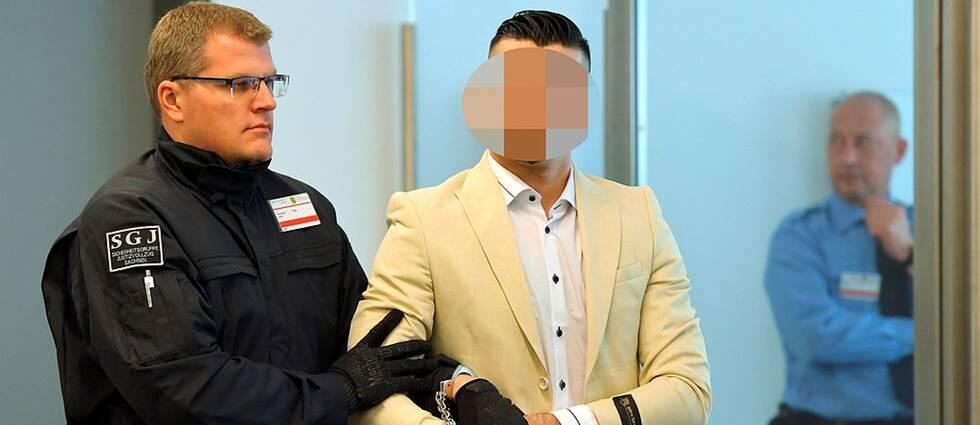 Den anklagade mannen leds in i rättssalen i Dresden i Tyskland.