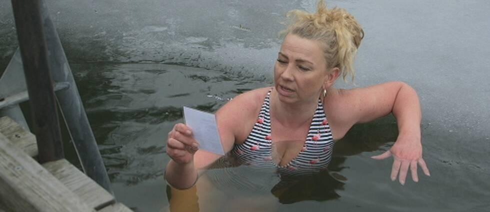 Ett gäng kallbadsentusiaster firar världspoesidagen med att läsa dikter i en isvak