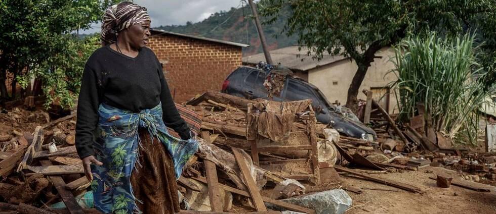 Jessica Mhonderi framför vad som tidigare var hennes sons hem i Chimanimani, Zimbabwe.