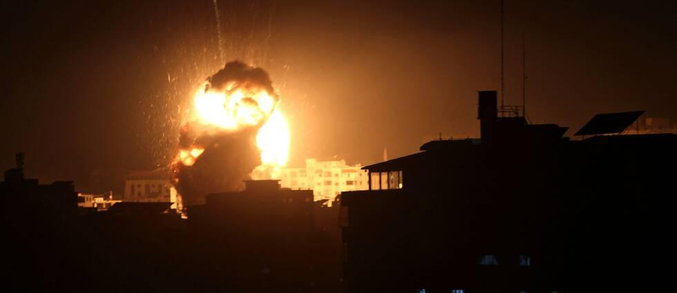 En explosion från ett Israeliskt bombflyg sedd från palestinska sidan av Gazaremsan.