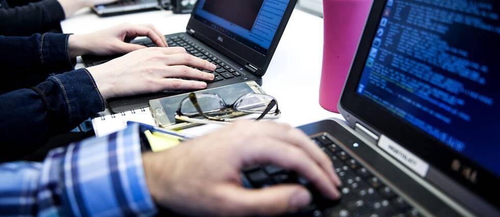 Programmerare med laptop.
