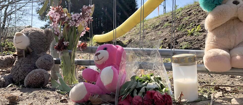 Blommor och nallar har placerats vid olycksplatsen i Kristianstad.
