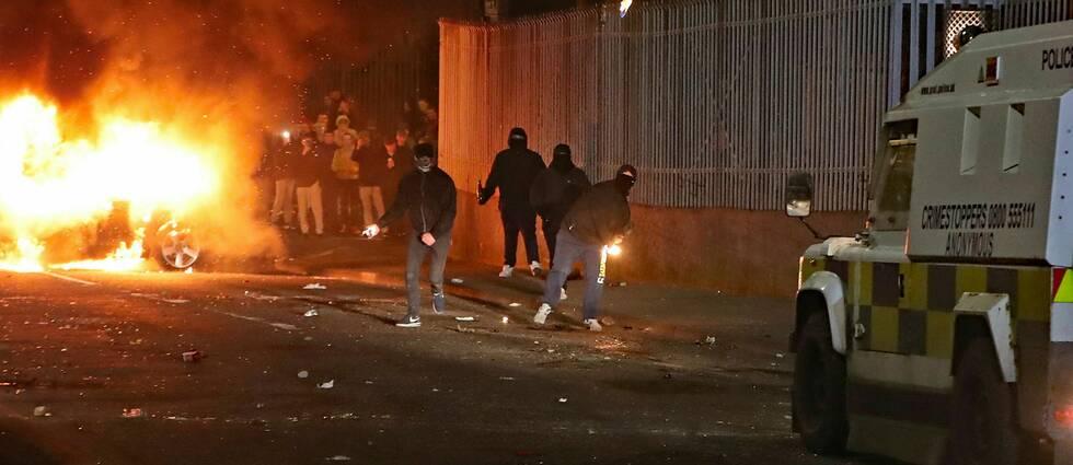 Personer kastar brandbomber mot poliser.