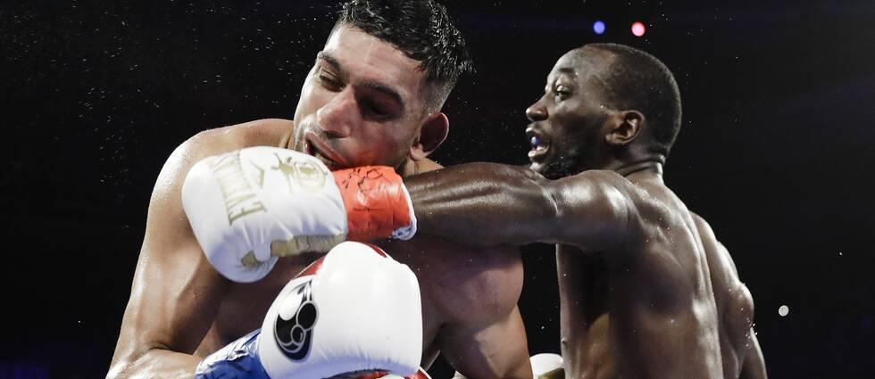Terence Crawford får in en träff på Amir Khan i nattens stora titelmatch i New York.