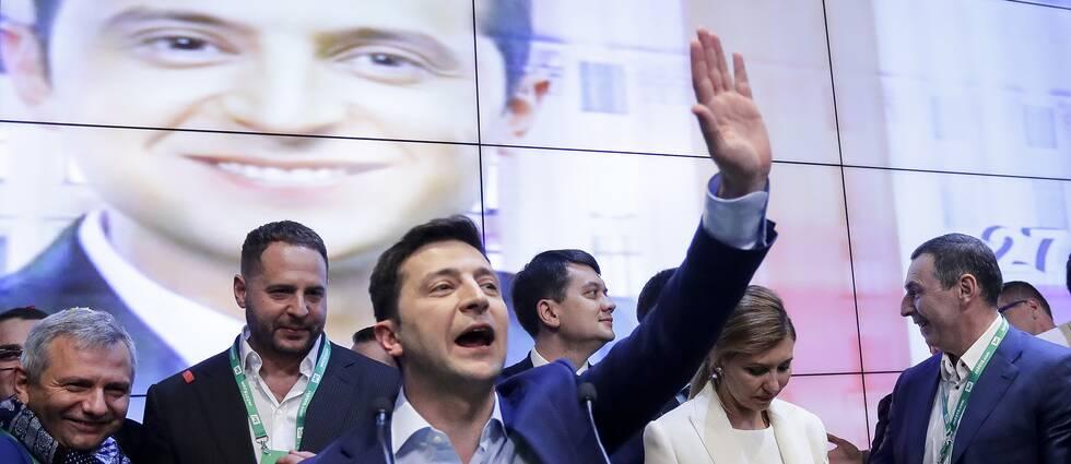 Volodymyr Zelenskij vinkar åt anhängare efter andra omgången av presidentvalet.