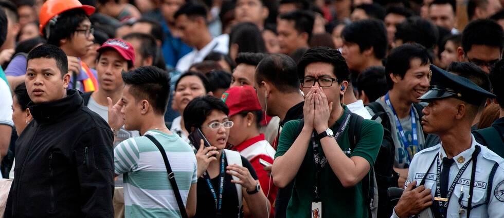 Gatorna har fyllts med människor i Manila efter att de har evakuerats från sina arbeten under jordbävningen.