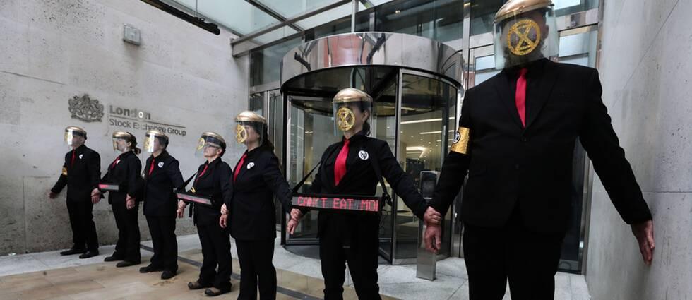 På torsdagen limmade aktivister från Extinction Rebellion, XR, fast sig utanför Londonbörsen.