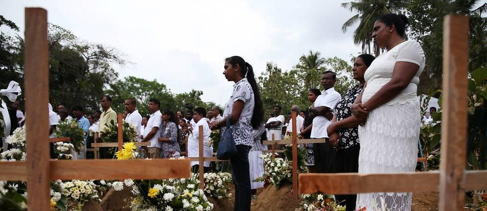 En av hundratals begravningar efter terrordåden i Sri Lanka – hundratals människor dödades i attackerna
