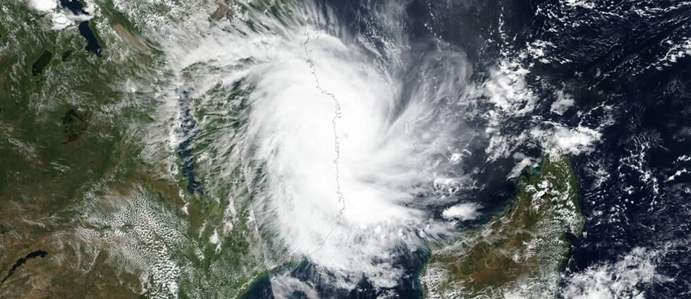 Satellitbild över hur Kenneth drar in över Mocambique under torsdagskvällen.