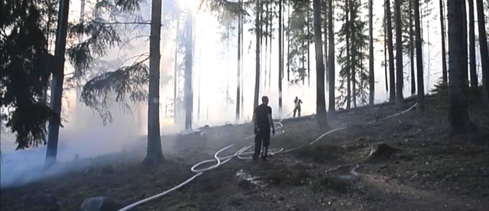 Branden i Tjällmo, norr om Motala, är ännu inte under kontroll.