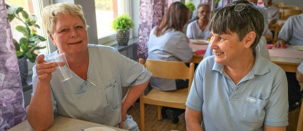 Maria Bostedt och Gunilla Knutsson sitter i matsalen på Textilia