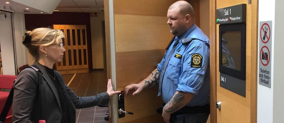 Åklagare Karin Everitt på väg in i rättsalen