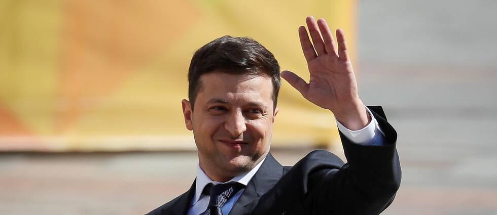 Volodymyr Zelenskiy, Ukrainas nya president, vinkar.