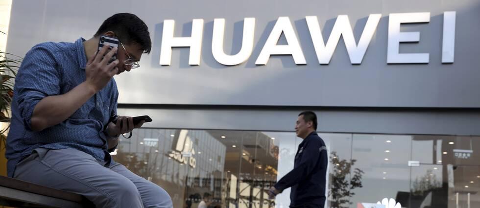 Två män utanför Huaweis butik i Peking.