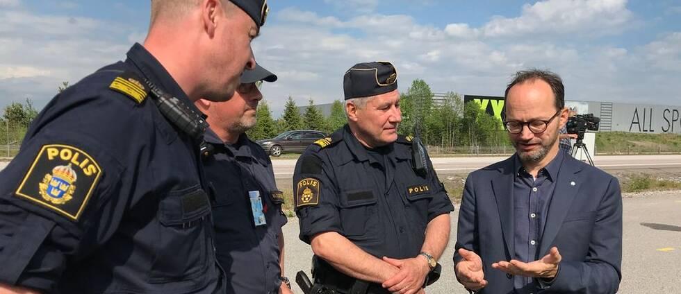 Tomas Eneroth (S) samtalar med poliserna vid trafikkontrollplatsen längs med vägen.
