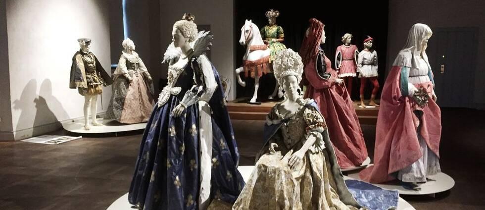 Kungligheter, en häst och uppklädda herrar och damer – allt gjort i papper.
