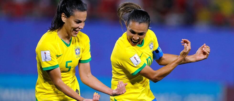 Marta firar sitt straffmål mot Italien.