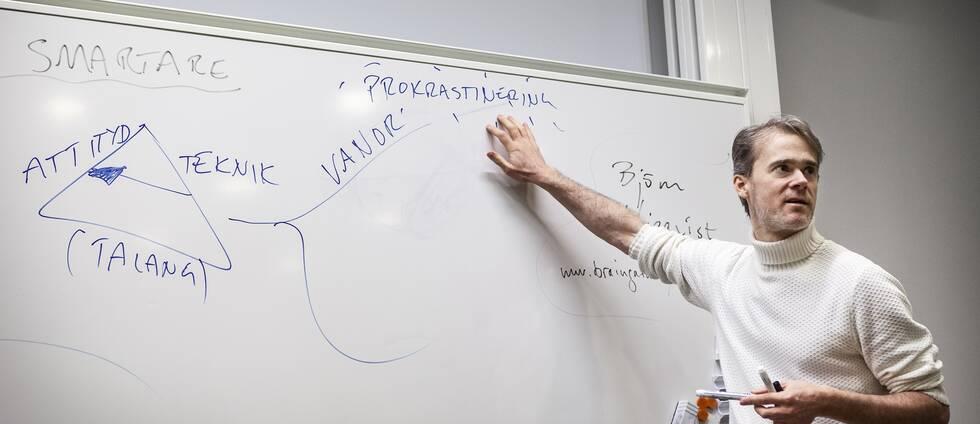 Björn Liljeqvist framför en white-board.