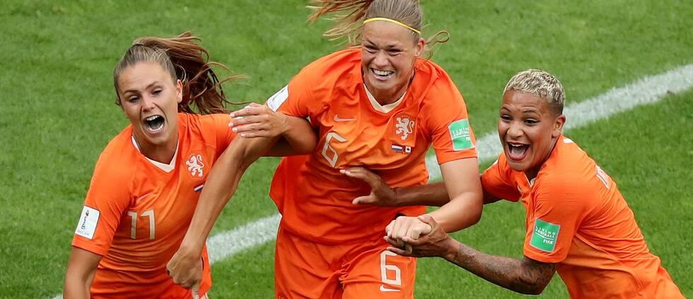 Lieke Martens, Anouk Dekker och Shanice van de Sanden efter 1-0.