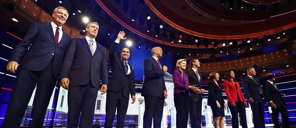 Flera demokratiska representanter på en scen.