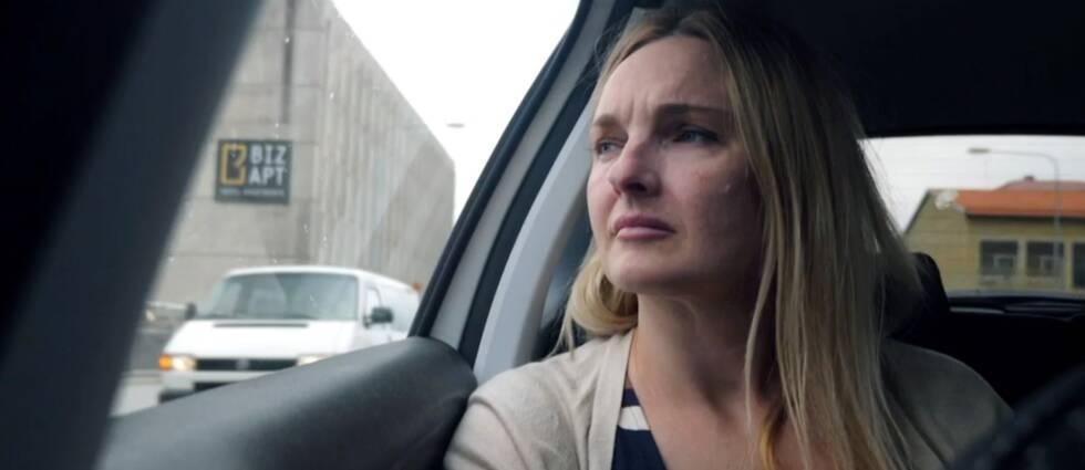 Iryna Zamanova sitter i en bil
