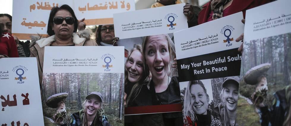 Marockanska kvinnor som håller upp bilder på de två skandinaviska kvinnorna som mördades.