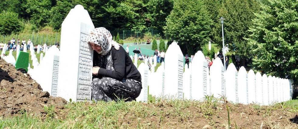 Sörjande kvinna i Srebrenica