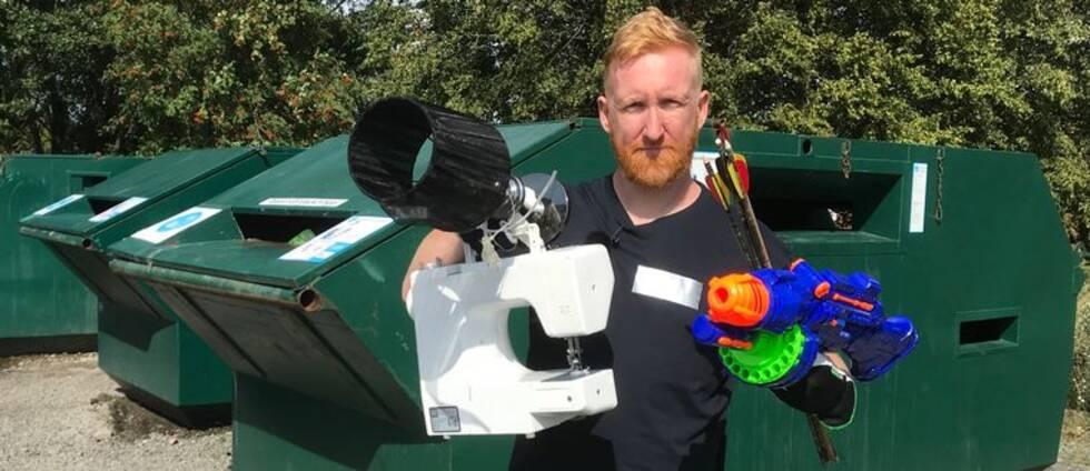 Peter Callander visar upp ett gäng föremål som folk har dumpat utanför containrarna. Samtliga borde egentligen slängts på en återvinningscentral.