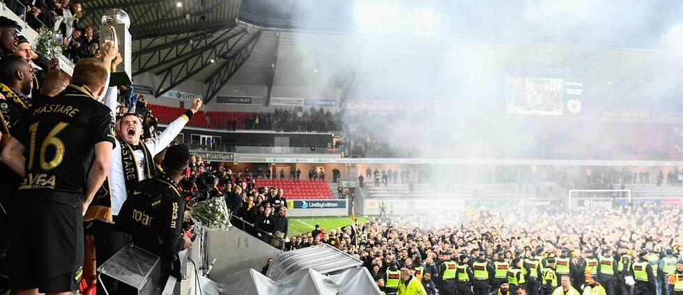 Arenan i Kalmar bara minuter efter AIK:s SM-guld den 11 november ifjol. KFF:s säkerhetschef riskerar åtal för att ha brutit mot ordningslagen.