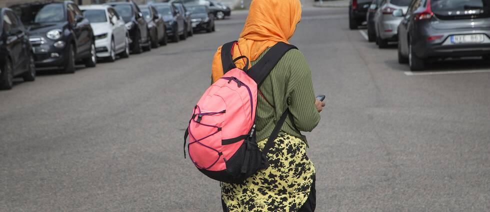 Kvinna med slöja promenerar på gata i Halmstad.
