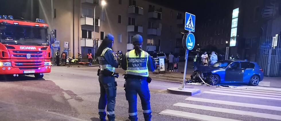 Den våldsamma kollisionen ägde rum nära rondellen vid Brommaplan i västra Stockholm, sent på söndagskvällen.