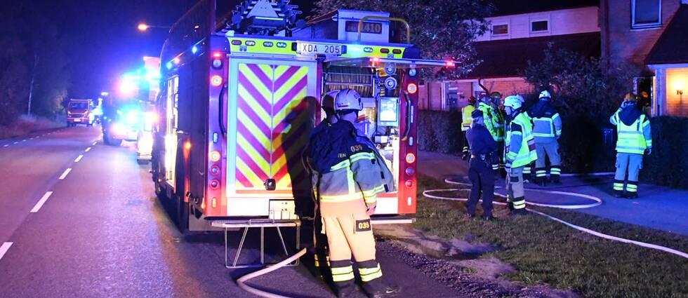 Räddningstjänst på plats vid det radhus i Malmö där en brand bröt ut på söndagskvällen