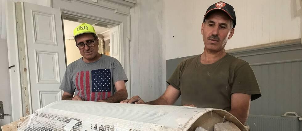 Mahmoud Hamed och Mustafa Aldabbas vid gipsformarna som använts vid återskapandet av 1905 års stuckatur