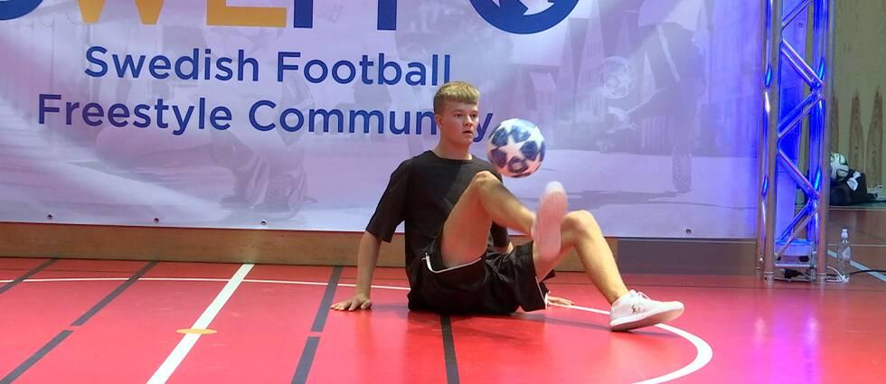 Olle Wallinder kör sin kvalmatch i fotbollsfreestyle.