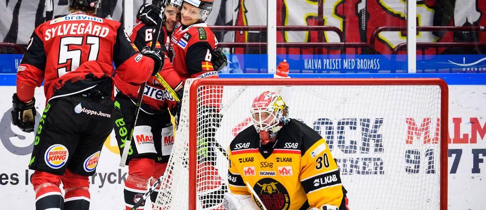 Malmö Redhawks Konstantin Komarek jublar med Johan Olofsson efter sitt 1-0 mål och Luleås målvakt David Rautio deppar under ishockeymatchen i SHL mellan Malmö Redhawks och Luleå den 21 september 2019 i Malmö.