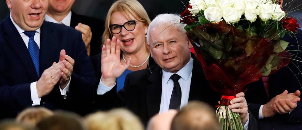 Polske PIS-ledaren Jaroslaw Kaczynski vinkar