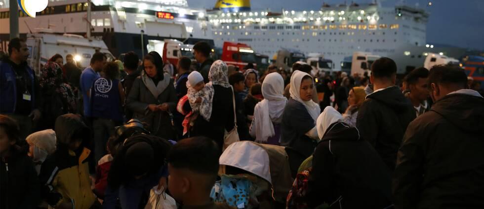 Flyktingar vid en färjeterminal.
