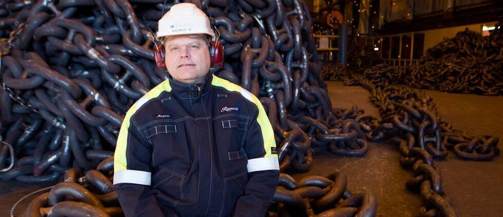 Företagets vd Magnus Westher, i vit bygghjälm, sitter på stora kättingar som företaget tillverkar.