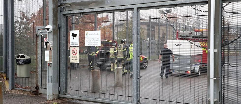 Räddningstjänsten har anlänt till anstalten i Skänninge.
