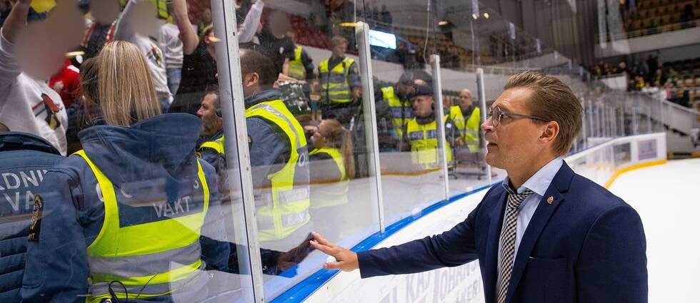 Modos tränare Björn Hellkvist försöker lugna de upprörda fansen.