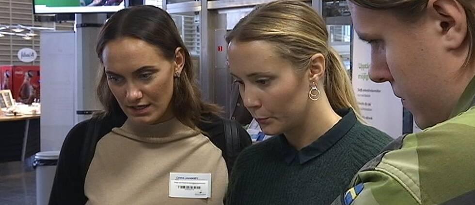 Bild på Emma Unnerby och Maja Forslund som pratar med Niklas Hallquist om möjligheterna till jobb inom försvaret.