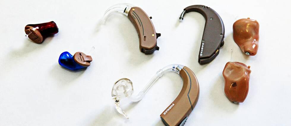 Flera olika modeller av hörapparater.