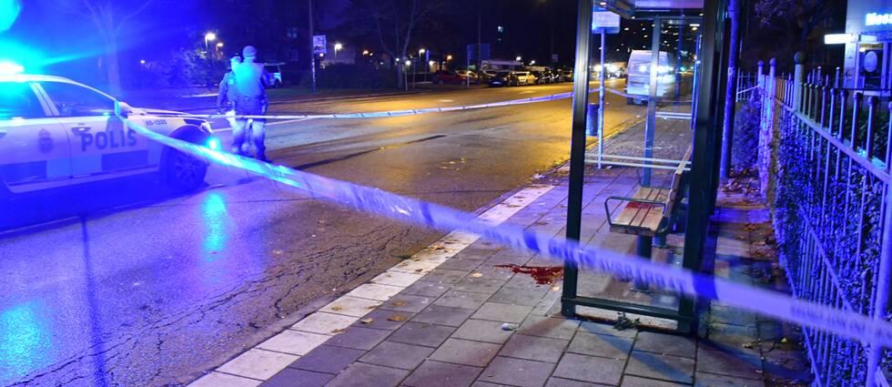 Busshållplats med polisband