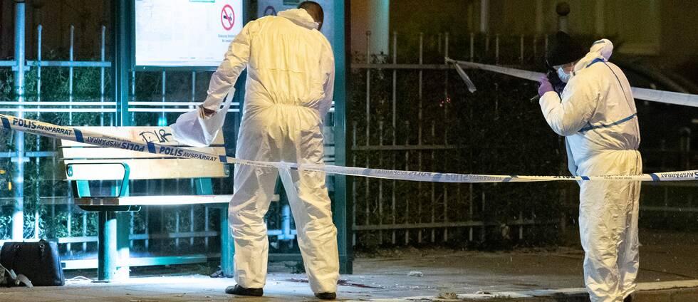 Brottsplatstekniker på Lönngatan i Malmö där en kvinna misshandlades och fick livshotande skador.