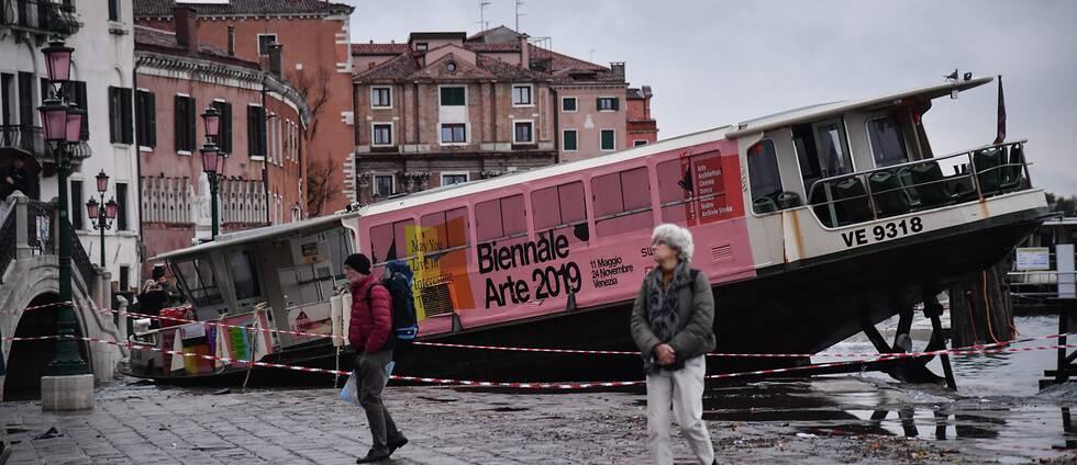 En båt i Venedig som drabbats av översvämningarna.
